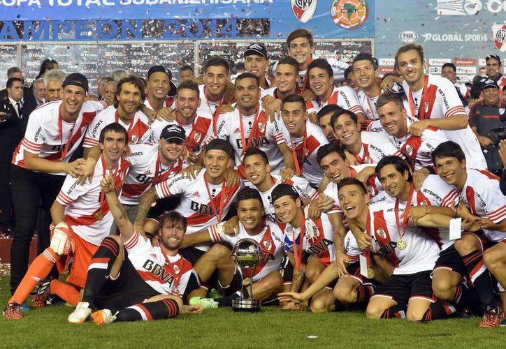 Gabriel Mercado y Germán Pezzella hicieron los goles que coronaron al River Plate en la Copa Sudamericana. (EFE)