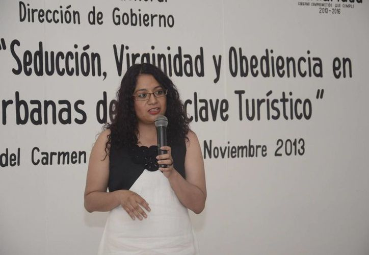 Aurora Zavala Caudillo durante una conferencia. (Adrián Barreto/SIPSE)