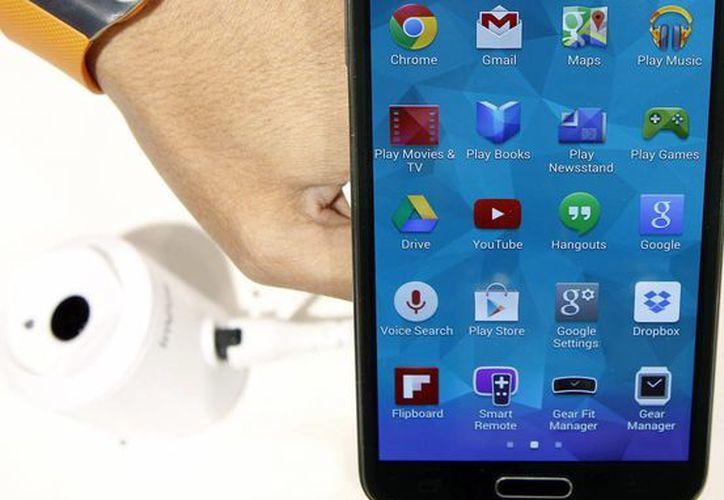 El Samsung Galaxy 5 y el reloj Samsung Gear 2, que fueron presentados durante el Mobile World Congress en Barcelona. (EFE)