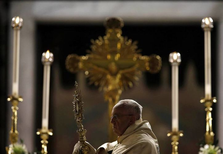 El Papa Francisco espera restaurar parte del viejo legado durante su visita a Bosnia. En la imagen el Pontífice sostiene la Hostia Santa al final de la procesión del Corpus Domini de San Juan en la Basílica de Letrán. (Agencias)