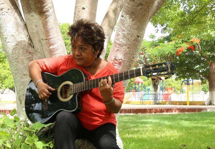 La cantante y compositora Angélica Balado ha grabado más de 300 canciones. (José Acosta/SIPSE)