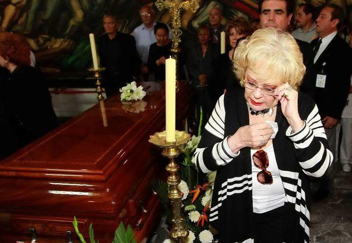 La actriz Silvia Pinal llora ante el féretro de Joaquín Cordero. (Agencias)
