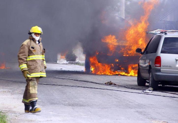 Foto de un bombero al llegar al lugar donde se encontraba una pipa incendiándose. (Milenio Novedades)