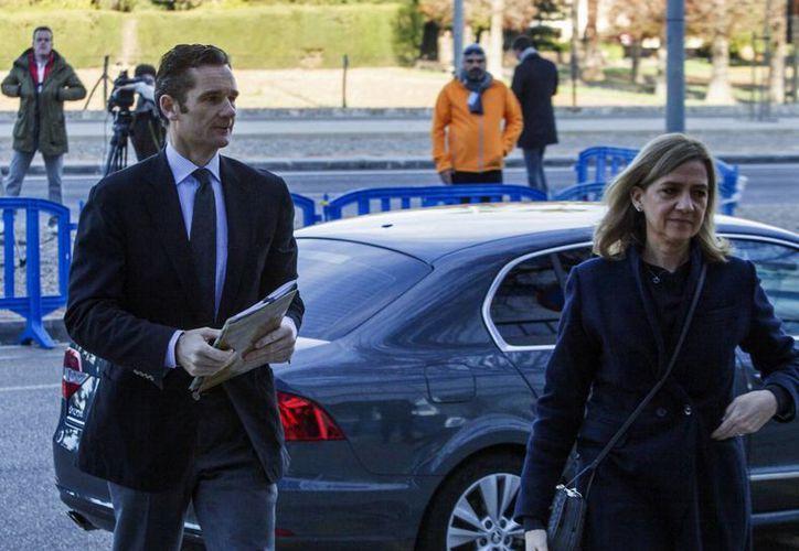 La infanta Cristina, hermana del rey Felipe VI, y su esposo, Iñaki Urdangarin, a su llegada esta mañana a la Escuela Balear de la Administración Pública (EBAP), donde se celebra el juicio por el caso Nóos. (EFE)