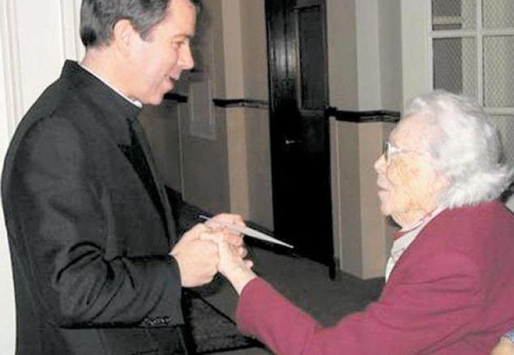 El fallecido superior general de los Legionarios de Cristo, Álvaro Corcuera, saluda a Gabrielle D. Mee, benefactora de la Legión de Cristo, cuya herencia es disputada por la familia y la Orden. (regnumchristi.org)
