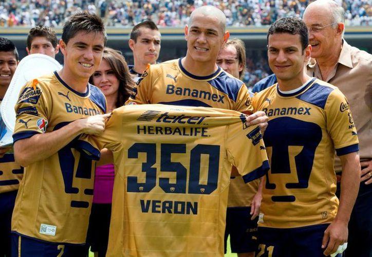 Verón (centro) no podrá jugar con Paraguay, que ya no tiene posibilidades de acudir al Mundial de 2014. (pumasgol.tv)