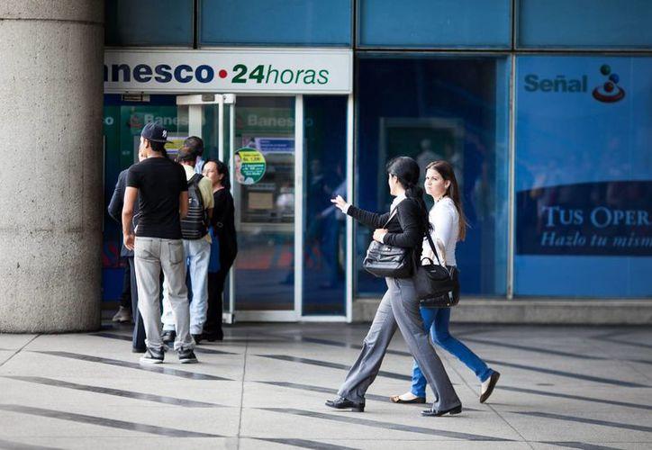 Según economistas, la crisis en Venezuela obedece a un elevado gasto público y la castigada producción nacional. (EFE)