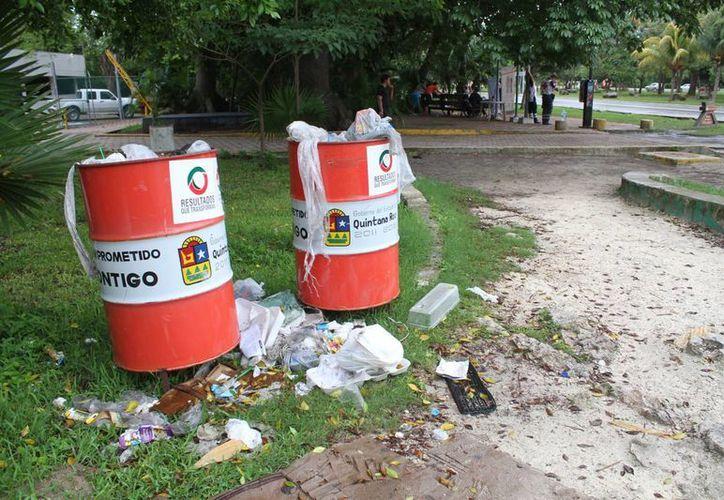 Colocan nuevos contenedores de basura en áreas públicas. (Sergio Orozco/SIPSE)