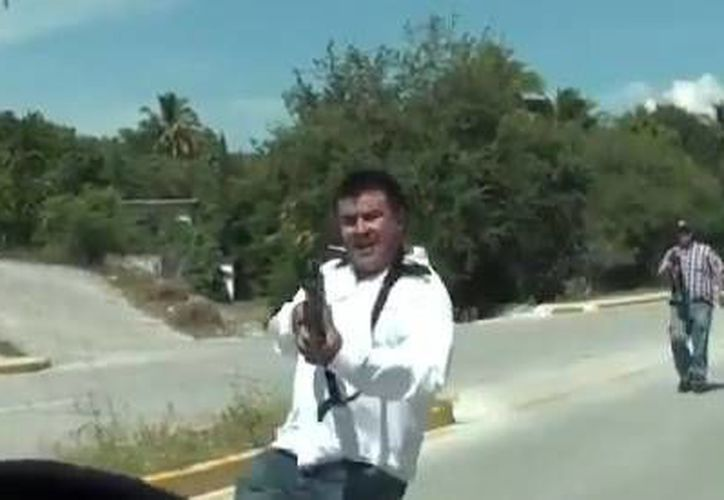 En octubre agentes de Inteligencia de la Policía Federal apuntaron contra periodistas que se dirigían a Guerrero por le hallazgo de al menos 12 fosas clandestinas. (Captura de pantalla de YouTube)