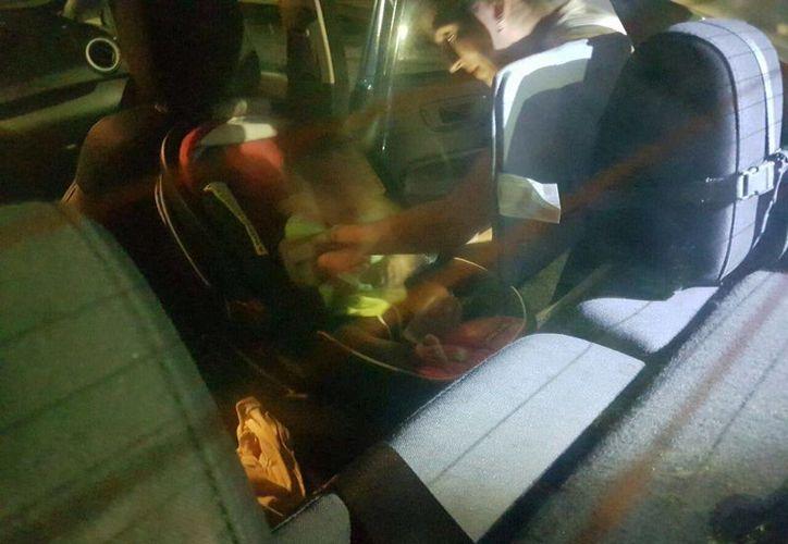 Un bebé quedó encerrado dentro del automóvil de sus padres anoche, en el kilómetro cero de Cancún. (Redacción/SIPSE)