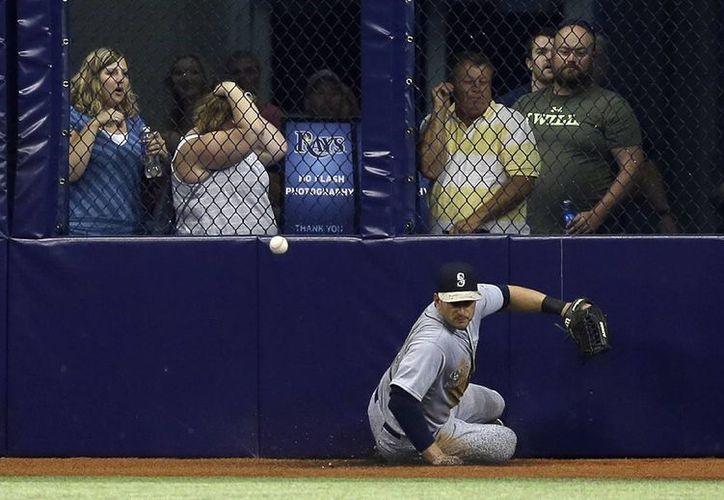 El jardinero central Justin Ruggiano se avienta por una pelota en partido ganado por su equipo, Marineros de Seattle, a Rays. (Foto: AP)