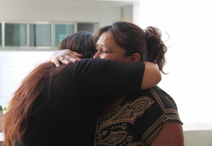 Nelsy Patricia Uh Adrián abrazó a su madre cuando salió libre. (Yenny Gaona/SIPSE)