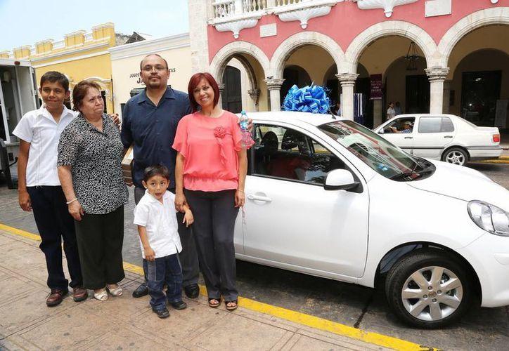 La familia Martínez Reyes con el coche que sorteó el Ayuntamiento de Mérida. (Cortesía)