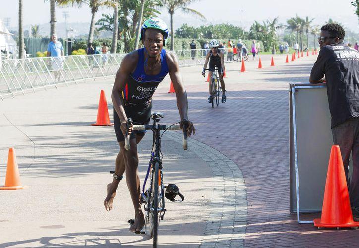 Gwala, triatleta sudamericano entrenaba con su bicicleta cuando tres personas lo interceptaron y atacaron a plena luz del día. (Vanguardia MX)