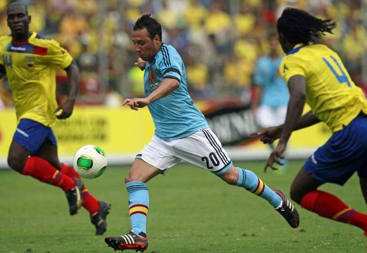 Cazorla (c) desborda durante el duelo de hispanos y ecuatorianos. (Agencias)