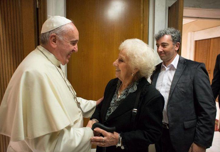 El pasado miércoles, el Papa Francisco recibió a Estela de Carlotto, líder de las Abuelas de la Plaza de Mayo, junto al nieto que encontró hace unos meses. (EFE)