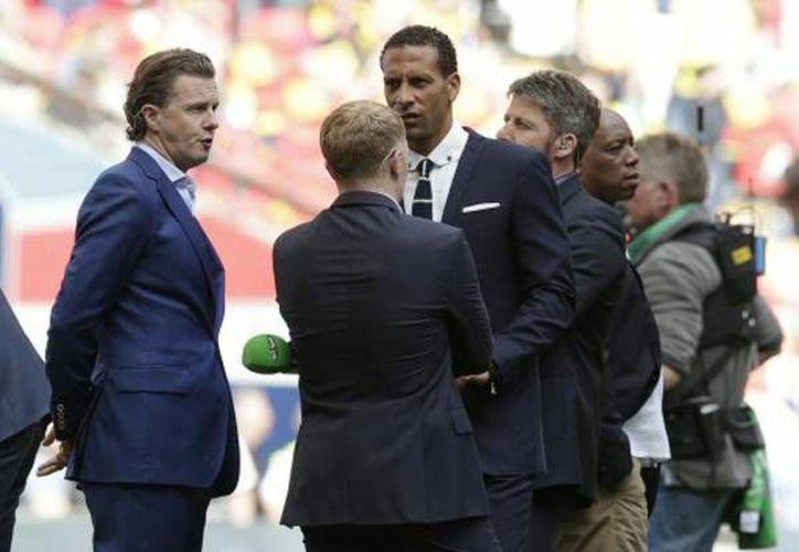 Rio Ferdinand (c) puso punto final a su carrera como futbolista profesional, luego de jugar 18 temporadas en la Premier League. (AP)