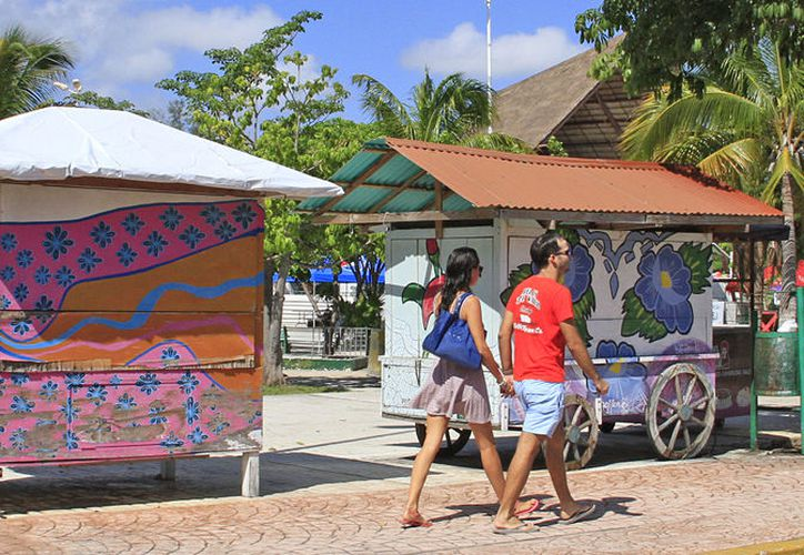 Los turistas arriban en sitios como Las Palapas, restaurantes aledaños y comercios. (Jesús Tijerina/SIPSE)