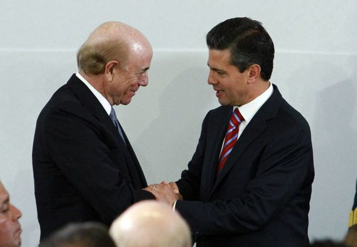 El presidente del Grupo Financiero BBVA, Francisco González Rodríguez, y el presidente Enrique Peña Nieto, durante la presentación del Plan de Inversión BBVA. (Notimex)
