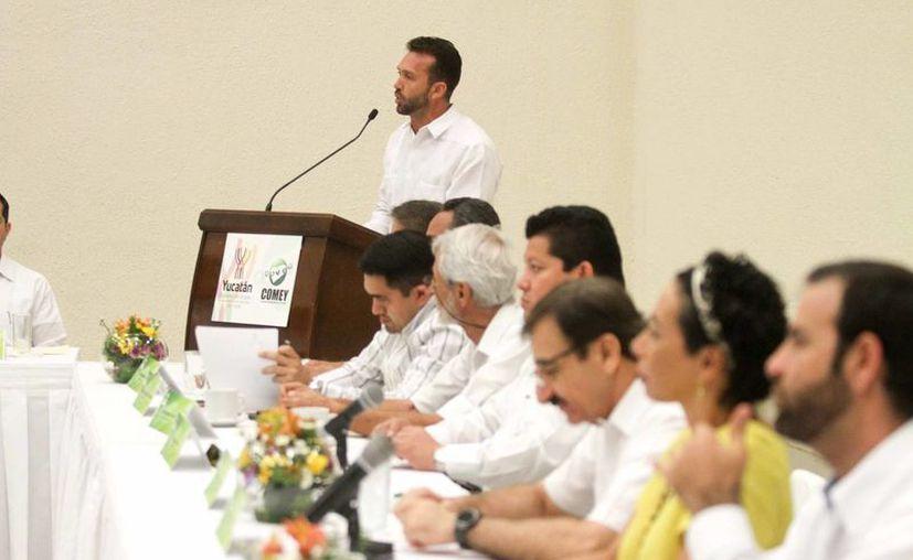 El titular de la Comey, Clemente Escalante Alcocer (al micrófono) dijo que los resultados de la votación sobre 20 proyectos de infraestructura a realizarse en 2016 se darán a conocer dentro de tres días hábiles. (Fotos: Amílcar Rodríguez/Milenio Novedades)
