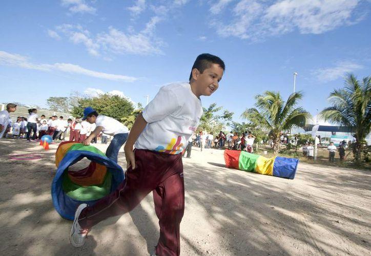 Niños participan en juegos organizados como parte de la Feria de la Red Antibullying en Mérida. (Notimex)