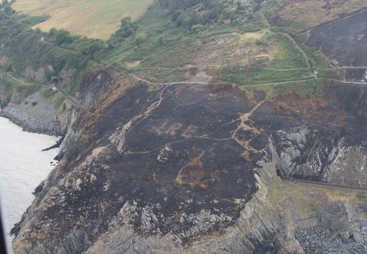 """Con la vegetación devastada por el fuego es posible leer desde el aire """"Eire"""", la denominación oficial de Irlanda en el antiguo idioma irlandés. (Inbofae)"""