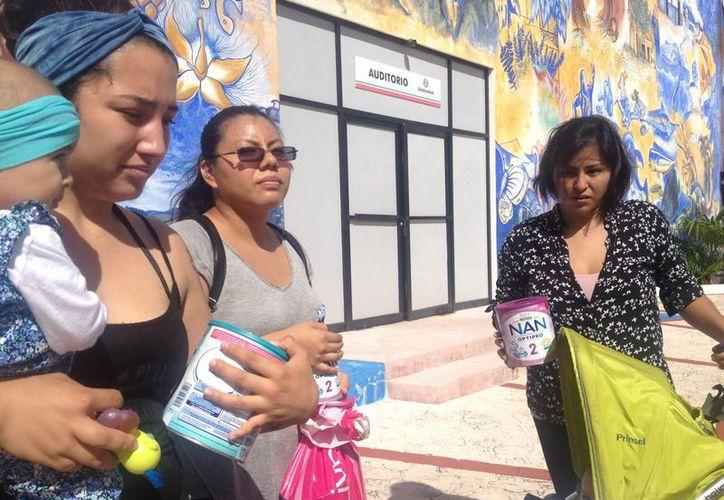 Un grupo de mujeres que integran la asociación Mamá Joven de México, pide ayuda para salvar a una recién nacida. (Adrián Barreto/SIPSE)