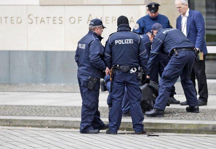 Un alemán dijo que tenía una bomba en una maleta con la que intentaba entrar a la embajada de Estados Unidos. El joven ya Fue detenido. (AP)