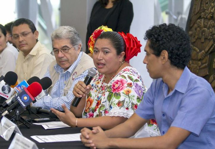 La alcaldesa de Sotuta, Otilia Gómez, quiere que ese municipio se llame Sotuta de Nachi Cocom para que no se le confunda con Sotuta de Peón. En la foto (c), durante el anuncio de un evento cultural. (Notimex)