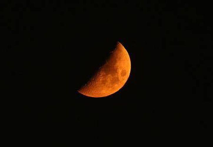 La Luna habría nacido de la concentración de polvo de la Tierra. (ansa)