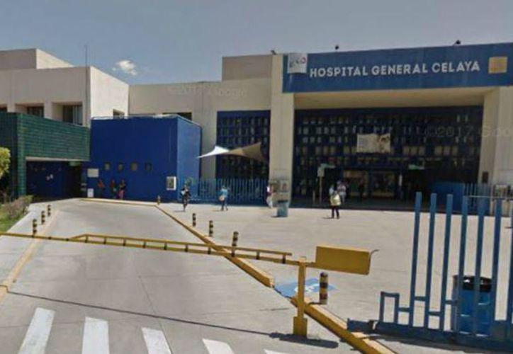 Tres personas ingresaron al Hospital General de Celaya y se llevaron al hombre lesionado. (Proceso)