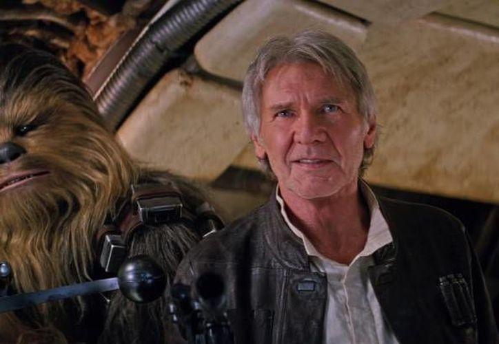 El desenlace en 'The Force Awakens' que relaciona a Chewbacca y Han Solo debió de ser armado de otra, forma, así lo reconoció su director, J.J. Abrams.(versionfinal.com)