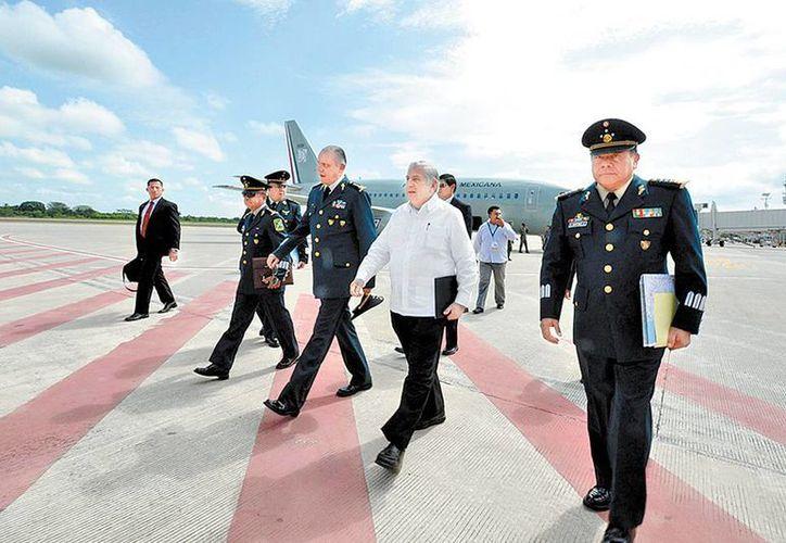 El gobernador de Tabasco Arturo Nuñez y a su derecha el general Cienfuegos. (Milenio)