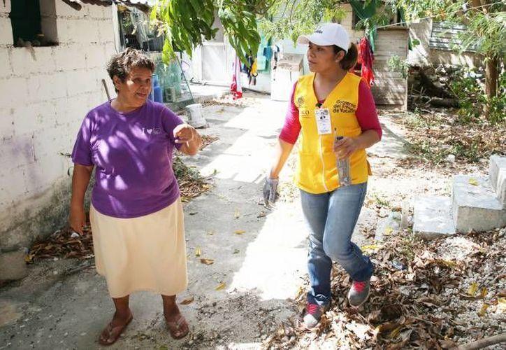 Los casos de dengue en Yucatán se duplicaron en un mes. En la foto, una trabajadora de la SSY durante su labor de casa por casa para abatir al mosco transmisor. (Milenio Novedades)