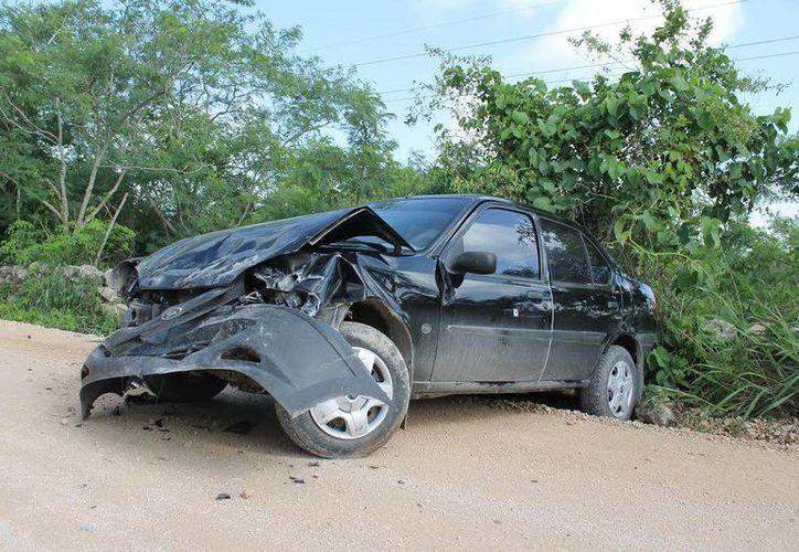 Desbaratado quedó el automóvil de una joven que se salió de la carretera. (Milenio Novedades)