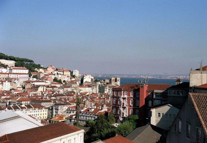 Vista panorámica sobre la ciudad de Lisboa desde el mirador de San Pedro Alcántara. (EFE/Archivo)