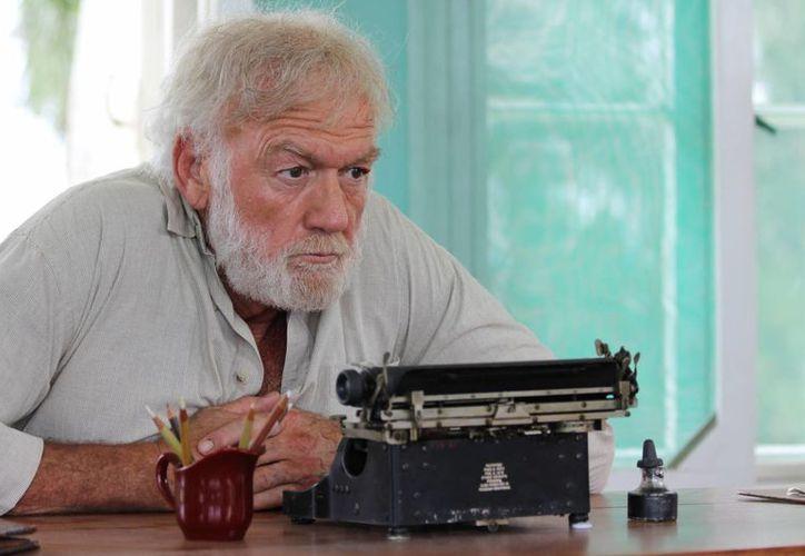 El escritor Ernest Hemingway salió de Cuba antes de la Revolución. Ahora una historia sobre su vida regresa a Cuba, en la primer película filmada en ese país desde 1959. En la foto, Adrian Sparks, en una escena de Papa: Hemingway en Cuba. (AP)