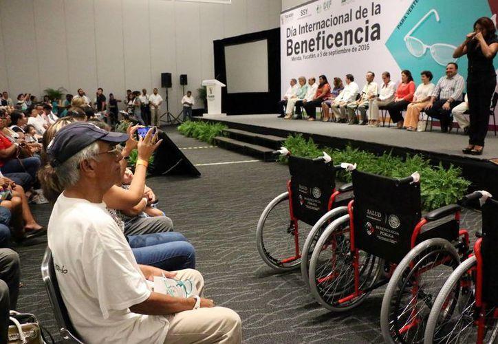 En el Día Internacional de la  Beneficencia se entregaron en Mérida  630 lentes y 90 sillas de ruedas con una inversión de casi medio millón de pesos. (Fotos: José Acosta/SIPSE)