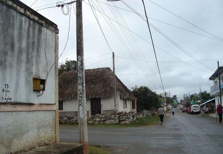 Aseguran que los postes del alumbrado eléctrico no son los mejores sitios para poner los nombres de la calles. (Carlos Yabur/SIPSE)