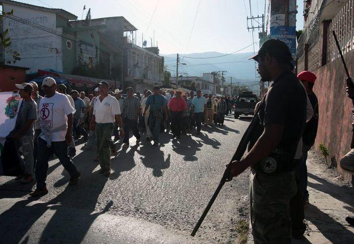 El pasado 18 de febrero, maestros de la CNTE retuvieron a empleados de Coca-Cola en su campamento de la plaza principal de Chilpancingo para forzar la liberación de tres estudiantes acusados de saquear los camiones de la empresa. (EFE)