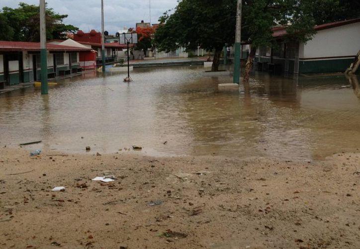 Algunas escuelas presentaron inundaciones en sus áreas comunes. (Adrián Barreto/SIPSE)