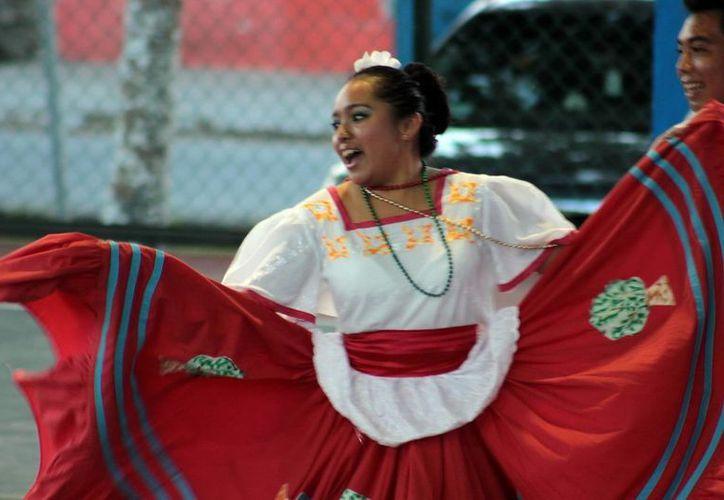 Durante la muestra cultura folklórica, se presento el ballet de la Huateca Potosina. (Redacción/SIPSE)