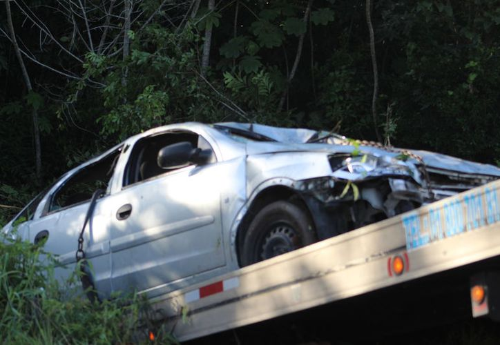 Después de perder el control del vehiculo avanzó 30 metros sobre la maleza. (Foto/SIPSE)