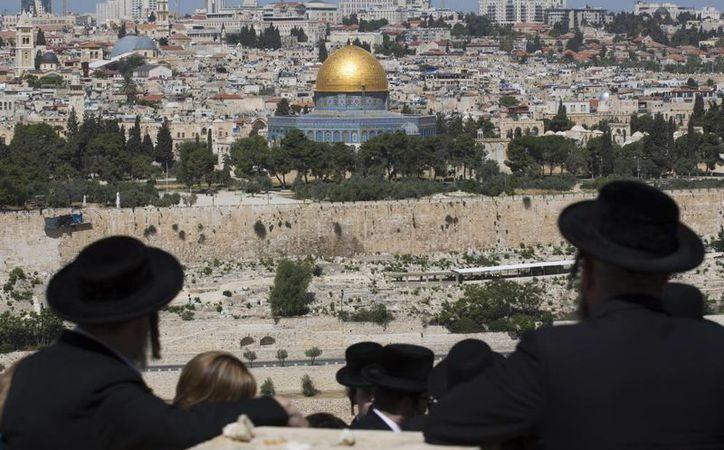 Fotografía de archivo fechada el 17 de abril de 2016, que muestra a judíos ultra ortodoxos mientras caminan hacia el Monte de los Olivos, en Jerusalén, Israel. (EFE/Archivo)