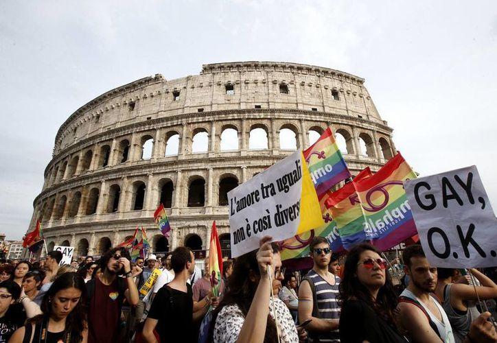 En Italia los manifestantes tuvieron una razón adicional para celebrar porque este año consiguieron el derecho a formar uniones civiles entre personas del mismo sexo. (AP)