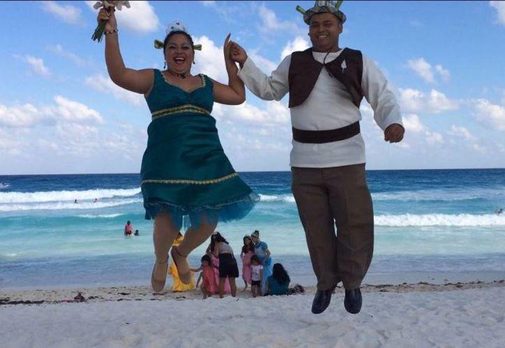 La pareja unió sus vidas en el Registro Civil del parque de Las Palapas. (Redacción/SIPSE)