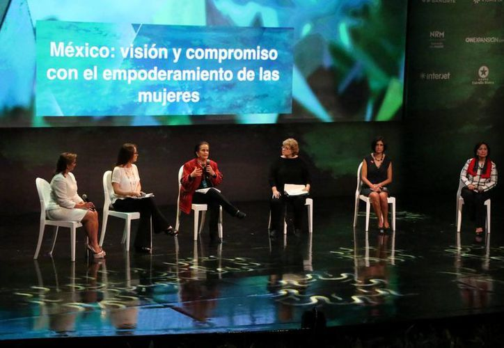 El encuentro internacional se efectúa en el marco de los 100 años del primer congreso feminista del país. Fotografía del foro que se realizó en el teatro José Peón Contreras. (José Acosta/SIPSE)