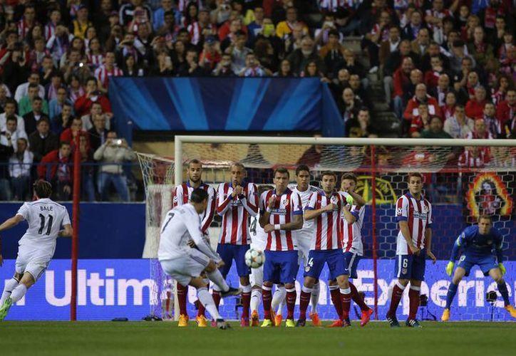 Ni siquiera Cristiano Ronaldo (que en la foto cobra una falta) pudo vulnerar la meta defendida por Jan Oblak, que dio tal vez el mejor partido de su vida en el partido de ida de cuartos de final de la UEFA Champions League entre Atlético de Madrid y Real Madrid. (Foto: AP)