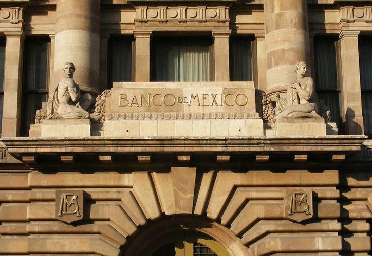 El Banco de México fija la tasa de interés para los préstamos que otorga a otros bancos. En consecuencia, las instituciones elevan los intereses a los créditos que otorgan, creando un 'efecto dominó'. (Archivo/SIPSE)