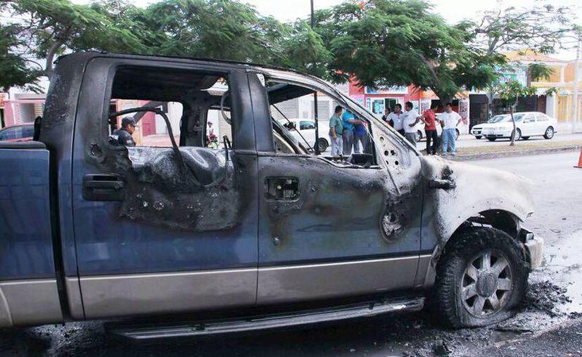 Imagen de la camioneta incendiada en la calle 50 por 61 y 57A del fraccionamiento Francisco Montejo. (Jorge Acosta/SIPSE)